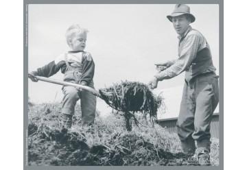 Puzzle garçon aidant son père noir et blanc bois